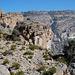Der Pfad führt zum Pass auf 2700 m (o.r.) und dann nochmals 4 km auf der Krete zum höchsten Punkt im Oman (2997 m).