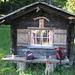 """Unbewartete, aber zugängliche Hütte, in der hochprozentiges """"Doping"""" für den Wanderer bereitgestellt ist"""