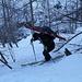 Carlo recupera magistralmente lo sci che in salita, su di un lastrone di ghiaccio, mi si era sganciato
