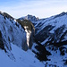 Le verticali pareti dell'Oberalper Flue ricoperte dalla neve portata dal vento. Sullo scivolo soleggiato sale il sentiero che da Ober Rueti sale all'alpeggio di Gerenwald.