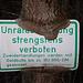 Baum frisst Schild. Ziemlich hohe Müllgebühren im Landkreis WM.