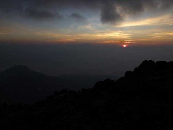 Endlich Wird Es Hell! Der Kilimanjaro Zeichnet Sich Dezent Am Horizont Ab.