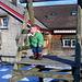 mein Rückenpassagier braucht Bewegung und macht Klettertrainig... (kleiner Kinderspielplatz auf dem Höch Hirschberg)