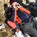 """Mittagsrast bei der windstillen Alp Buecherenschwand. <br />Man hat hier gegenüber einen schönen Einblick in die Nesslenwände (Brienzer Rothorn), welche bei Lawinenstufe """"erheblich"""" trotzdem befahren wurden. Das Resultat können wir nun von hier aus beobachten....ein riesiger Lawinenkegel, welcher von Rettungskräften abgesucht wird. Wahrscheinlich hatten die Snowboarder Glück im Unglück!"""